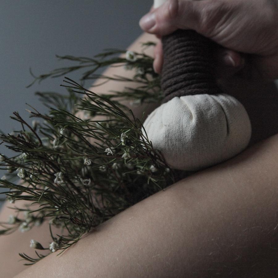 Masaż stemplami ziołowymi w Verde Massage & Beauty